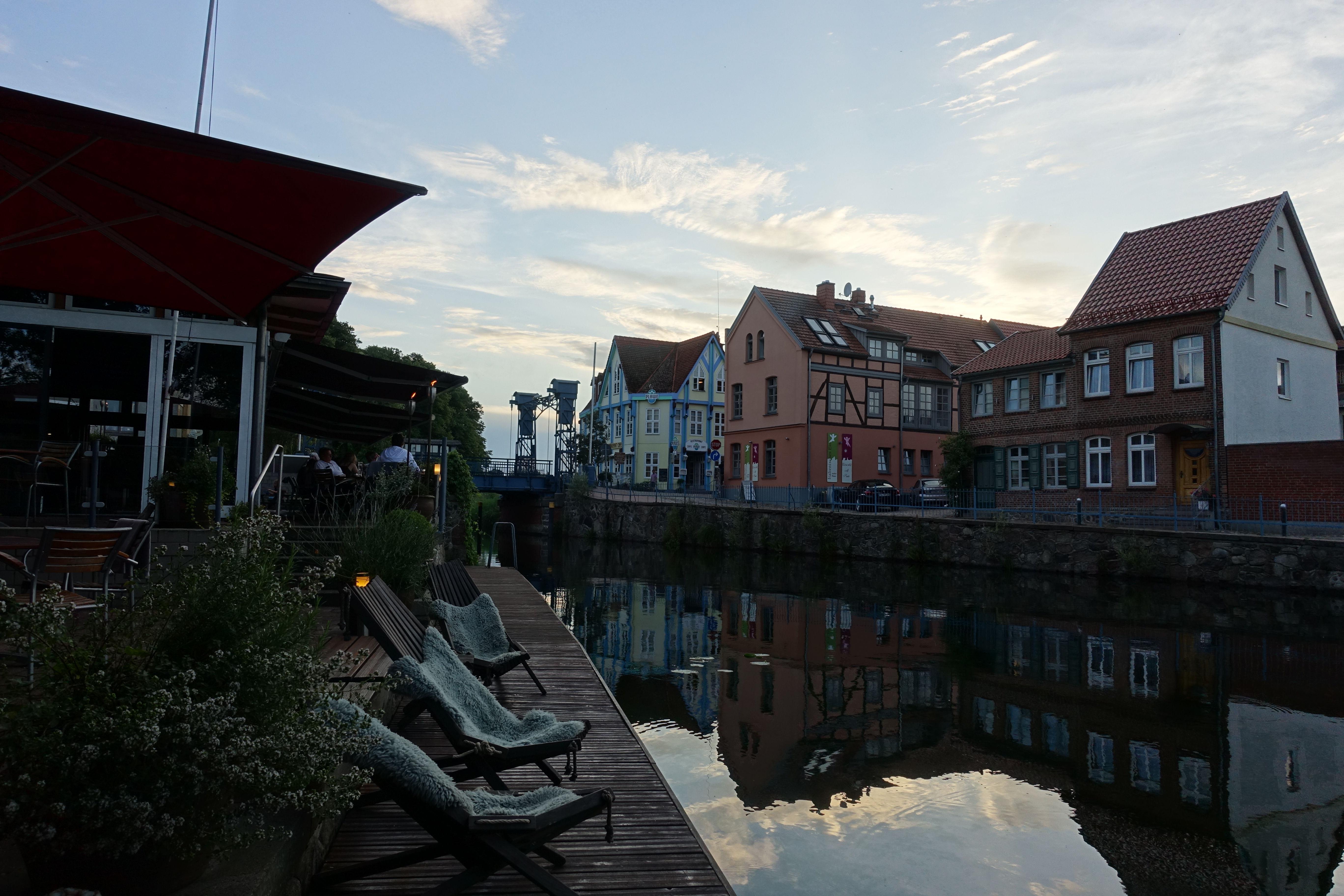 Abendliche Stimmung am Steg im Fackelgarten mit Blick auf die Hubbrücke